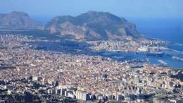 Palermo dai monti ad est (Santa Maria di Gesù) cresciuta da millenni nella Cionca d'Oro attorno al suo porto.