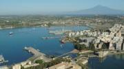 Una visione aerea del porto commerciale augustano: è il massimo porto naturale dì'Europa e primo assoluto d'Italia per tonnellaggio.