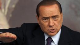 Un tipico atteggiamento di Silvio Berlusconi: difficile convincere gli italiani in fatto di economia. Ma, certo, un imprenditore di successo ne sa qualcosa in  più...