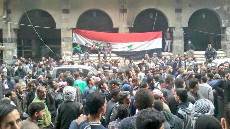 Bandiera siriana a Douma: la Siria è in festa. L'Isis ha subito la più grande sconfitta da quando esiste. Ma l'America è su tutte le furie: hanno vinto Assan e la Russia...