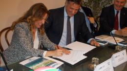 Il magico momento dello scambio delle firme: ecco Ines Curella che la oppone per prima. Giliberti guarda soddisfatto, firmerà tra poco.