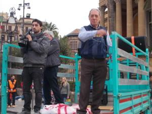Diego Torre, organizzatore della marcia, sul palco -camion all'arrivo al Massimo parla ai partecipanti e alla folla con il suo tipico impeto...