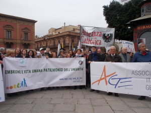 La manifestazione volge al termine. Le varie rappresentanze con insegne e striscioni al Massimo ascoltano le parole di Diego Torre.