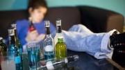 """Un'immagine dell'alcolismo d'attualità: bibite alcoliche più o meno secche o dolcificate di scarso pregio ingannano il bere, dissetano al momento conducono lungo ...la china. Meglio il """"goccetto"""", pranzando, ...pe' fatte stunà cantato da Teresa Desio, che non questo stucchevole bere senza parlare, senza occhio alle etichette con la musica forte che non ti fa neppure parlare..."""
