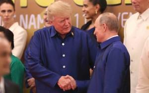 """Trump nel corso della seconda visita a Putin si veste in camicione allo stile dell'amico con una """"mise"""" che vuol testimoniare lo """"spirito di servizio"""" con cui i due intendomno procedere. I potentati americani lo impediscono sfacciatamente..."""