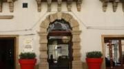 Palazzo Zuppello, l'Ingresso. L'Hotel si affaccia sul mare dalla parte posteriore che ospita anche il ristorante Xifonia e nasce dal restauro di uno dei palazzi storici più noti di Augusta. Si apre al turismo ed agli incontri di lavoro grazie ad un salotto riservato ed una raccolta sala convegni.
