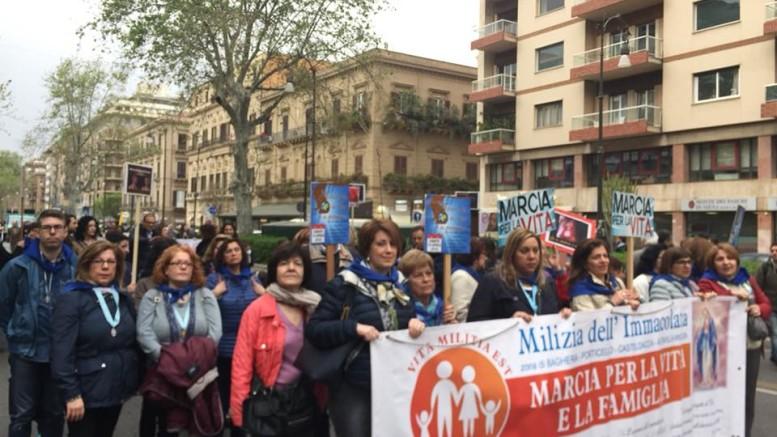 """Sfila in testa La Milizia dell'Immacolata,  prima artefice della """"marcia""""  assieme ad uno specifico Forum. (Foto Franco Pasanisi)"""