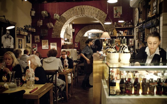 L'interno del ristorante a piazza Navona vuol mantenere il volto genuino della tradizione assieme a tutta la professionalità che l'evoluzione richiede.