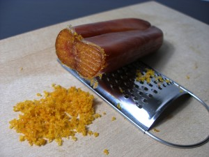 La bottarga di tonno è ottenuta grattugiando l'uovo maschile (in pratica il seme) in precedenza salato e fatto disseccare. Si gusta anche direttamente a fettine su crostini col burro o senza...