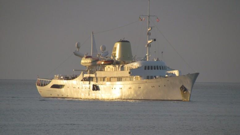 Alle luci del Tramonto il famoso Cristina, oggi Cristina O', passerà la notte  a Marina Corta di Lipari.