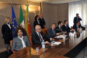 Il tavolo della conferenza. L'economista Gaetano Arma è accanto al Governatore.