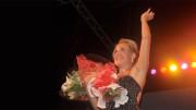 Felicia Bongiovanni risponde agli applausi al termine di una sua esibizione canora.