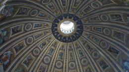 Interno della Cupola Basilica San Pietro centro della Cristianità. Come la Cappella Sistina, la Cupola è un capolavoro di Michelangelo Buonarroti, autore del progetto architettonico. Proprio nel Rinascimento nacque la Scienza, ma non già - come diffondono incolte e false credenze - in contrasto con la Religione. In questo periodo, come in quello ben più tormentato del Barocco, l'arte elevò come non mai il pensiero umano in direzione del Cielo.