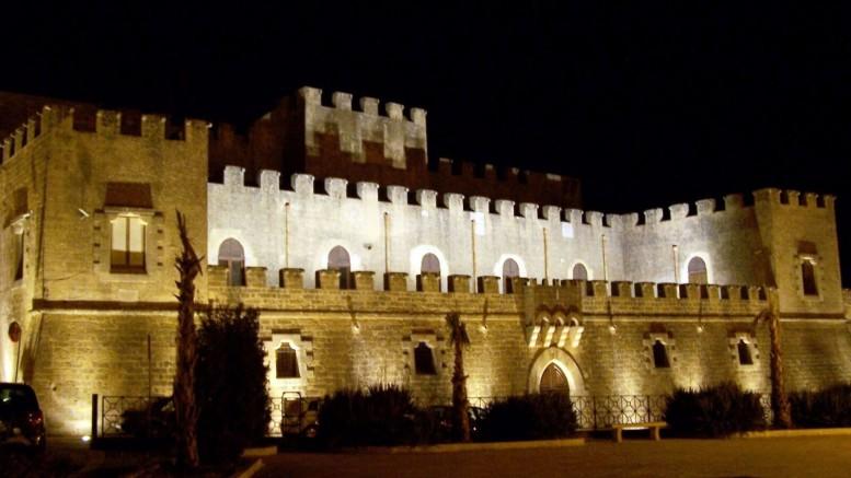 Un esterno notturno del Castello Grifeo a Partanna di Trapani.