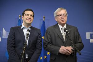 """Fianco a fianco Tsipras con Junker, losca figura, deus ex machina del gran riciclaggio di denaro, colto in flagranza ed ancora al proprio posto in uno dei due posti chiave UE. L'altro è l'ottimo italiano Tajani, di Forza Italia. Junker, risaputamente legato alle massime """"accolite"""" mondiali dà l'investitura a questi """"movimenti"""" nazionali anti partitici..."""