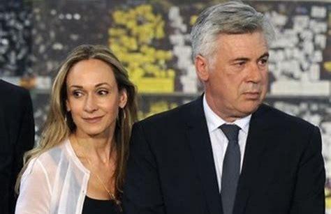 Ancelotti e signora. Con Allegri sarà uno scontro in giacca e cravatta...