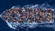 """Così arrivano dall'Africa. Chi ha """"causato"""" questo gap economico e sociale? L'Africa è un continente zeppo di enormi ricchezze. Non incolpiamo l'Europa e tantomeno l'Italia che, quando e come ha potuto, vi ha sempre portato sviluppo..."""