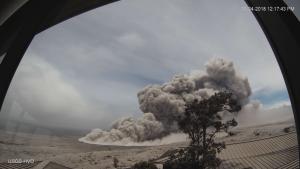 La lava irrompe sulle campagne e alla fine si riversa nel Pacifico distruggendo tutto ciò che incontra ad altissime temperature, disperdendo gas di ogni genere nell'atmosfera.