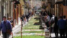 La via Giacinto Lo Faso addobbata con tappeti floreali durante L'Infiorata.