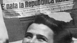 Una bella immagine el 1947: nasce l'Italia repubblicana con la sua Costituzione. La donna italiana, erede dell'Italia turrita, spera sorridendo verso il cielo...