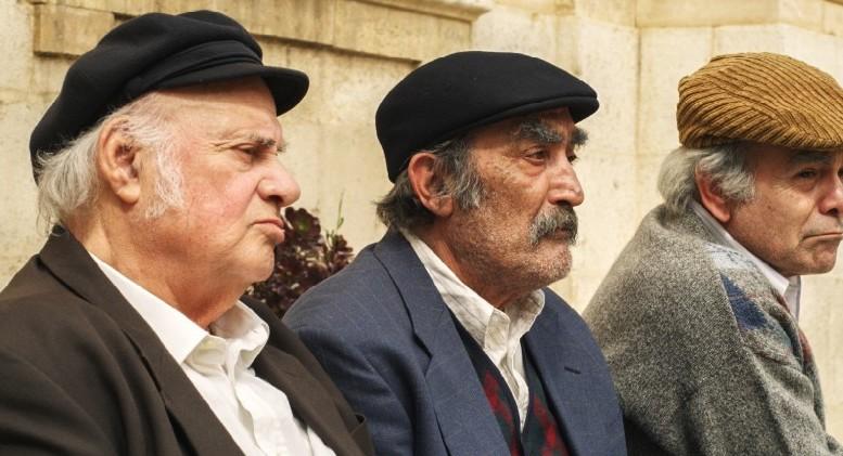 Siciliani con la coppola dalle fiction televisive. Adesso si usano proprio per coprirsi o per spirito. Da tempo c'è una mafia  che non compra coppole...