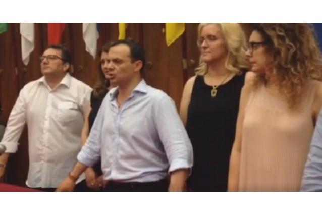 Cateno De Luca festeggia la vittoria elettorale a Messina in compagnia dei suoi assessori e collaboratori.
