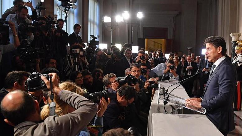 """Inizia """"la scanna"""" di fotografi e intervistatori. Non è un """"onorevole"""", dovrà abituarsi da zero anche  a questo..."""