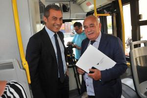 Pasqualino Monti con il nostro direttore sul bus durante il giro del porto. (Foto Angelo Modesto)