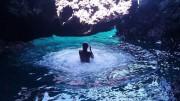 Bagno alla grotta Azzurra non lontano da Ustica porto