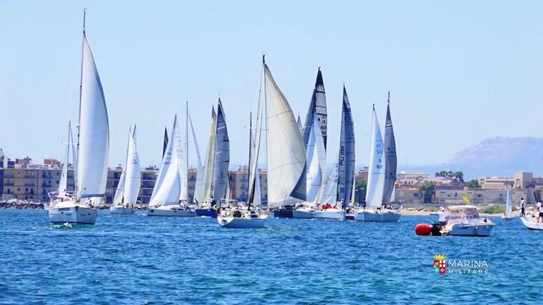 Un colpo d'occhio, nella foto di Marisicilia, della flotta che si prepara ad una partenza nel Golfo Xifonio, nelle acque antistanti il nuovo porto.