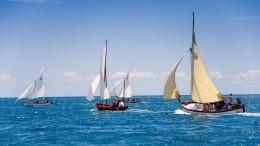 Vele latine in regata. Il regolamento di classe è ancora da perfezionare.Si gareggia con un rating basato esclusivamente sulla lunghezza ft e la superficie velica. La presenza del motore consente un abbuono... Però rende più stabile e boliniera la barca...