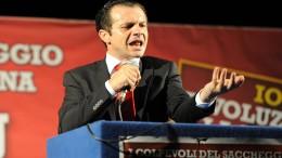 """Un'immagine significativa di Cateno De Luca, polemico contro il """"non facere"""" tipico della politica, e dell'amministrazione siciliana. Frequente anche nella vita d'di sempre. La sua volontà di """"dare una sveglia""""  gli renderà il lavoro difficile, come è immaginabile. Ma, già vaccinato, potrebbe essere l'uomo giusto..."""
