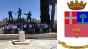 La foto ricordo davanti al monumento  e il glorioso stemma
