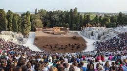 """Il teatro greco di Siracusa è sinonimo di tragedia greca e relative rappresentazioni. E' da considerare il primo al mondo sul tema...  Nel finale il sole èbasso sull'orizzonte e i raggiincontranola scena facendo da indimenticabile """"parco lampade"""" naturale. Ciò non è una regola di tutti i teatri antichi..."""