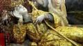 """Col suo crocefisso sempre in mano, ecco la posizione più tipica in cui viene ritratta Santa Rosalia, immaginata da eremita nella grotta. Fu povera per scelta in vita, in cui rinunciò ad agio e nobiltà di lignaggio. Ma  Palermo la ricopre d'oro, argento (così in processione la sua statua che è in cattedrale), mentre si appresta a celebrarla con enfasi al grido di """"viva la Santuzza"""" o anche """"viva Palermo e Santa Rosalia"""". A queste parole  i cittadini di questa città splendida ma  offesa dalla storia - perché non è più capitale né di un regno né di un impero - cui loro stessi guardano spesso con finta distrazione e trasandatezza, da vecchi snob,  proprio perché offesi, si ritrovano col groppo in gola e tornano, forse, per un attimo nello spirito dei Vespri..."""