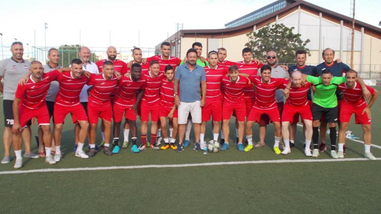 """La squadra di Gozo al gran completo. Al centro Totò Schillaci: """"tifavamo per te"""", gli dicono i maltesi..."""