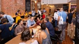 """Già tanta gente ai tavoli. Il cibo siciliano """"tira""""..."""