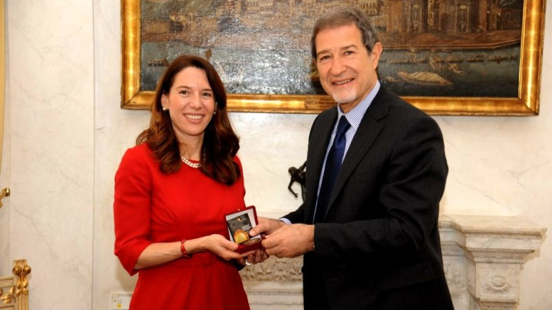 Musumeci riceve l'ambasciatore di Malta in Italia Vanessa Fraizer. L'attutale governo ha stretto rapporti con la vicina repubblica.Anche il presidente Ars Micciché ha coltivato contatti diretti con le autorità maltesi.