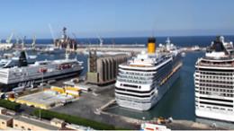 """Una panoramica del Porto di Palermo con un traghetto ro-passengers ed due grandi navi crociera all'ormeggio. Sono visibili gli """"storici"""" silos del grano da poco demoliti: uno dei primi atti del """"piano""""."""
