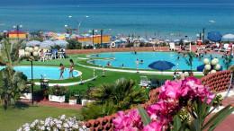Saracen nuova sistemazione a verde, prato all'inglese e piscina vista mare. Il prezzo,ci dicono, sorprende anche quello...