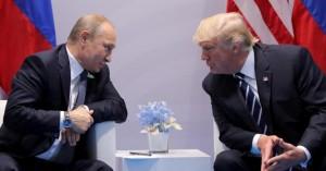 Trump e Putin dialogano in poltrona.Gli sguardi fra loro hanno fatto supporre ai cronisti la realtà di una profonda intesa.