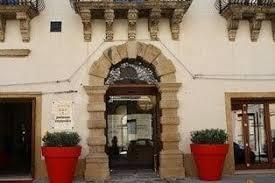 Palazzo Zuppello l'antico portale in pietra dell'hotel