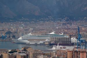 Una grande nave crociere all'ormeggio a Palermo.Gli armatori amano le attrattive della città e la possibilità di sbracare i croceristi nel cuore del centro storico...