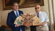Gianfranco Micciché riceve dal decano dei giornalisti Giovanni Ciancimino il simbolico ventaglio estivo.  (Foto A. Modesto)