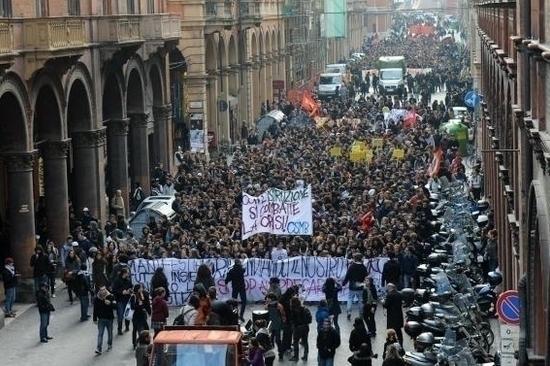 Quando gli studenti scendono in piazza. Qui sfilavano contro il governo Monti .