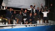 Tonnere de Glen dopo l'arrivo: l'equipaggio sa già di aver vinto e festeggia.