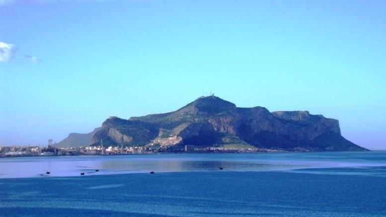 Il Golfo di Palermo. Qualcuno vorrebbe costruirvi (un folle progetto) un mega porto per il traffico dei containers...