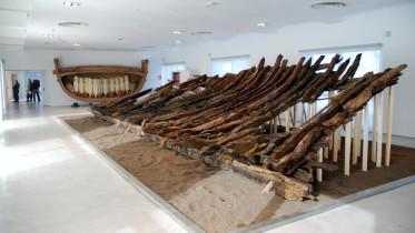 Il relitto di Marausa esposto al Baglio Anselmi (Marsala) dove si trova già la nave punica.