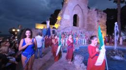 Manifestazioni spettacolari, in costume, simboliche, folkloristiche accompagnano le giornate dell'Expo. Qui: Cerimonia d'Apertura presso la Porta d'Africa. Il gran continente è, di fatto, il primattore dell' Expo Blue sea land.