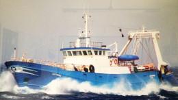 Un grosso peschereccio in ferro alle prese col mare in burrasca